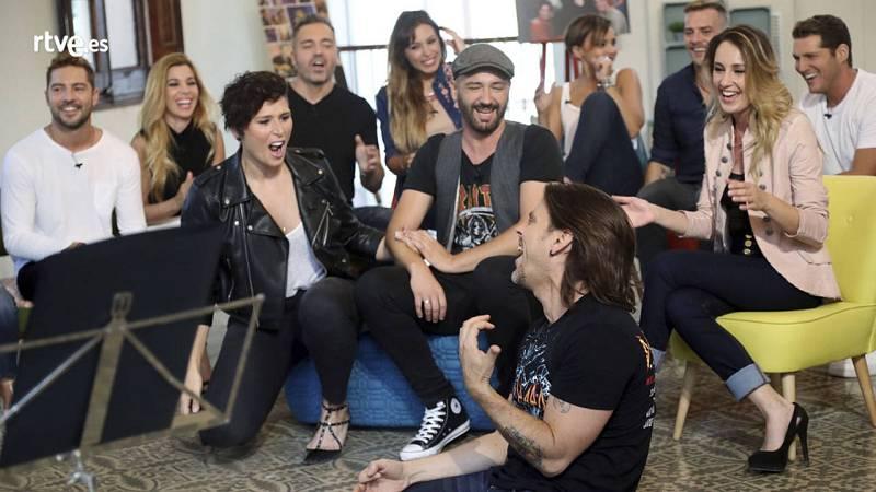Javián (en el centro de la imagen) interpreta una canción haciendo las delicidas de sus compañeros.