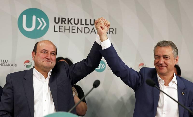 El presidente del PNV, Andoni Ortuzar, y el lehendakari, Iñigo Urkullu, celebran la victoria electoral en la sede central del PNV en la capital vizcaína