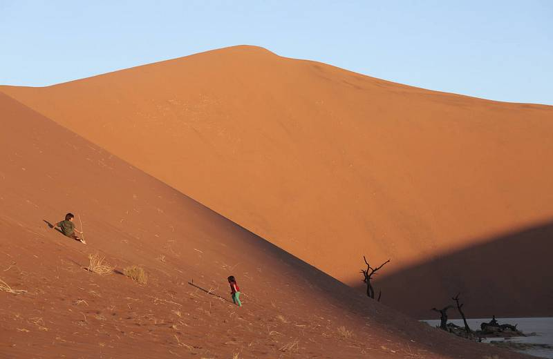 Unai y Amaia juegan en las dunas de Namibia.