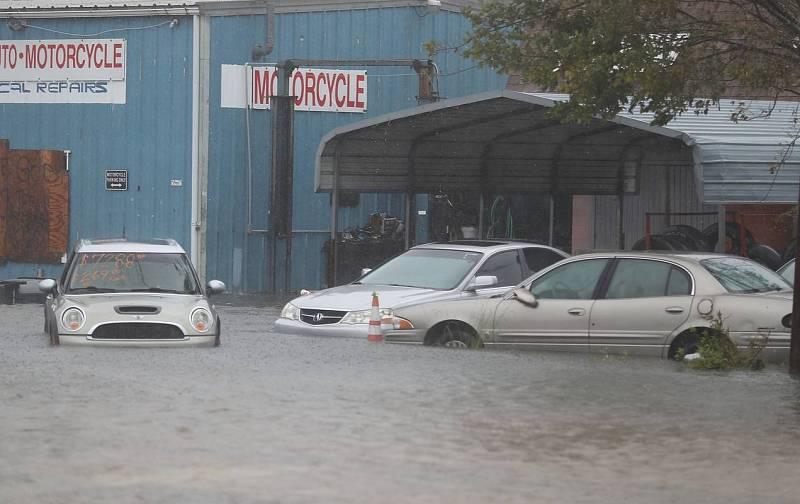 Coches en un aparcamiento inundado en St Augustine, Florida (EE.UU.)