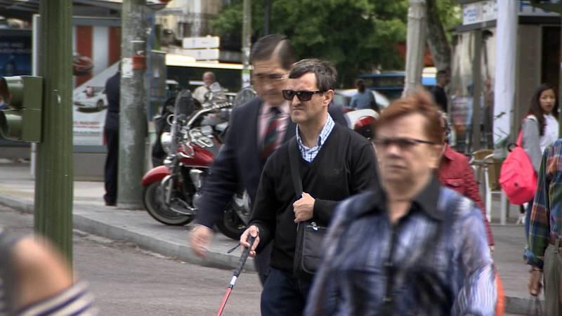 Miguel camina por la ciudad