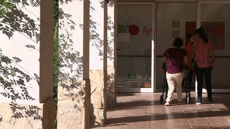 Los residentes por los pasillos del centro Santa Angela de la Cruz