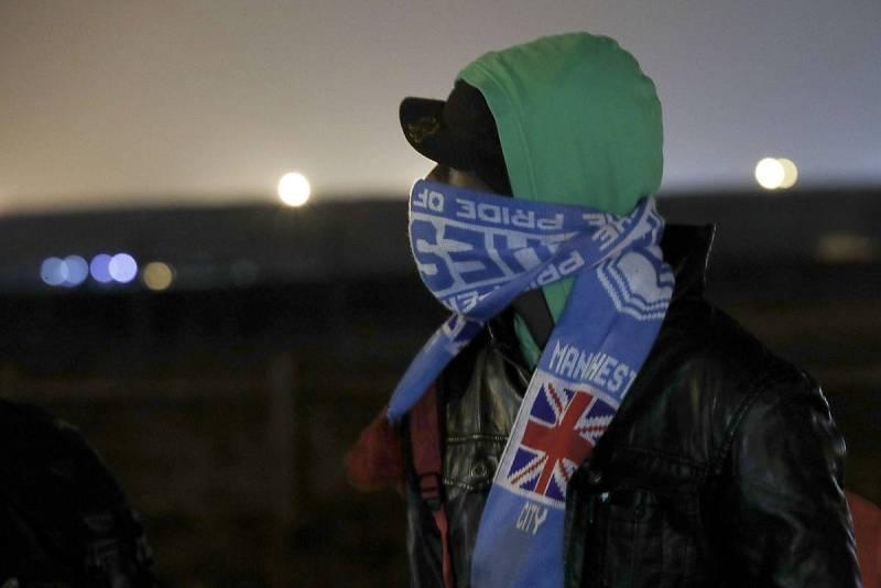 """Un migrante con la bufanda de un equipo de fútbol británico en el campamento de """"La Jungla"""" de Calais. El desalojo del campamento ilegal ha comenzado este lunes a las 8 de la mañana y podría alargarse durante una semana"""
