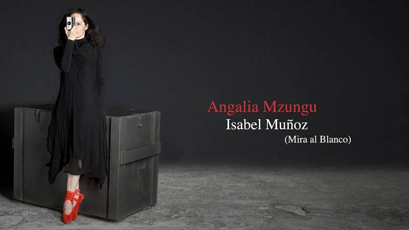 "Cartel del documental ""Angalía Mzungu"" (Mira al blanco) sobre la fotógrafa Isabel Muñoz"