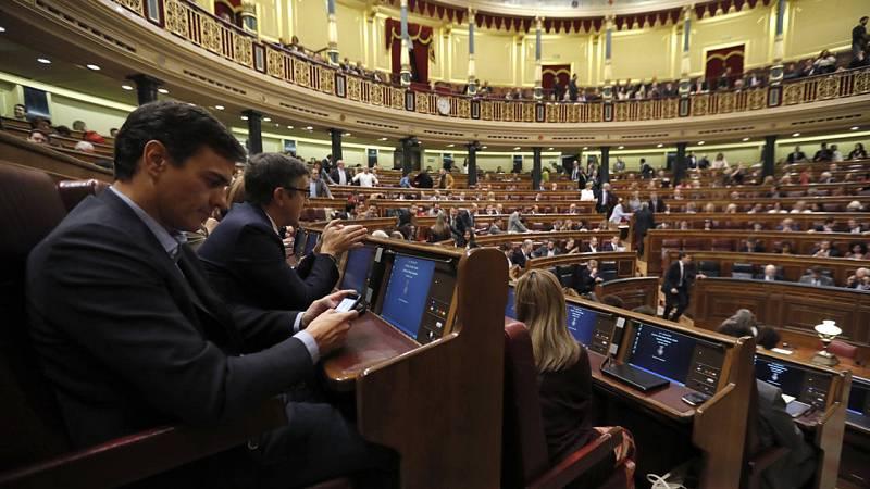 El exsecretario general del PSOE, Pedro Sánchez (i), junto al diputado socialista Patxi López (2i), al inicio de la segunda jornada del debate de investidura de Mariano Rajoy