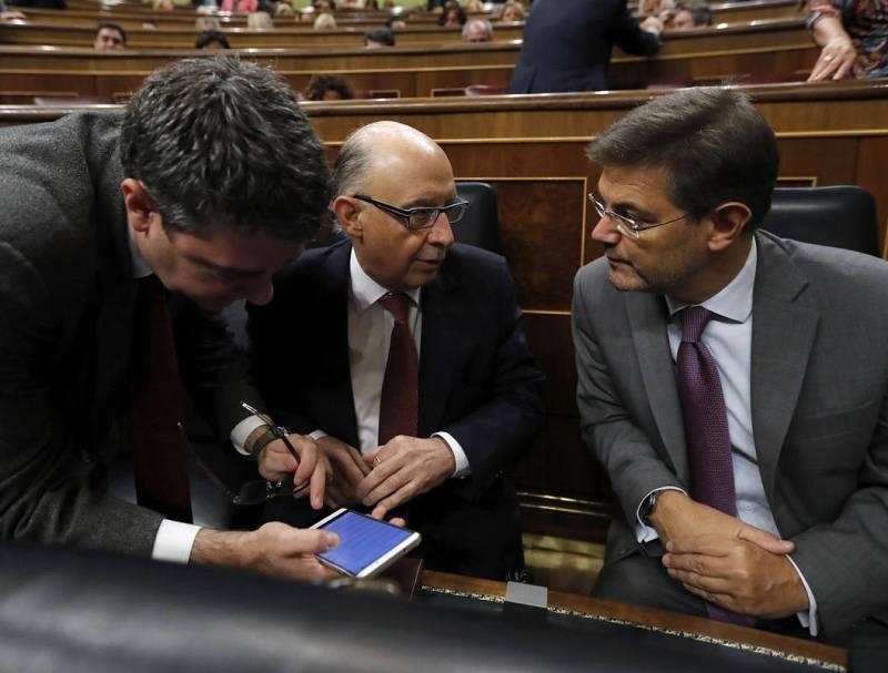 Los ministros de Hacienda y Justicia en funciones, Cristóbal Montoro (c) y Rafael Catalá (d), en sus escaños.