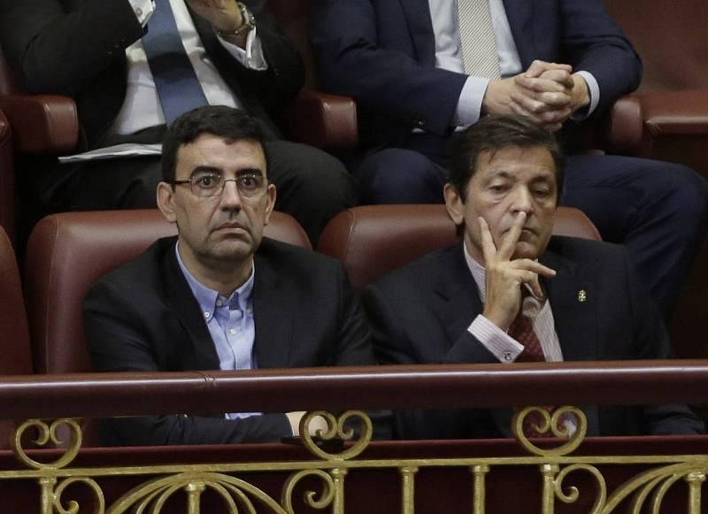 El presidente de la gestora del PSOE, Javier Fernández (d), y el portavoz de la misma, Mario Jiménez, siguen el debate desde la tribuna de invitados del Congreso.