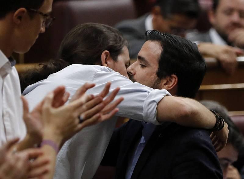 El secretario general de Podemos Pablo Iglesias (2i), saluda al líder de IU, Alberto Garzón (d), tras su intervención.