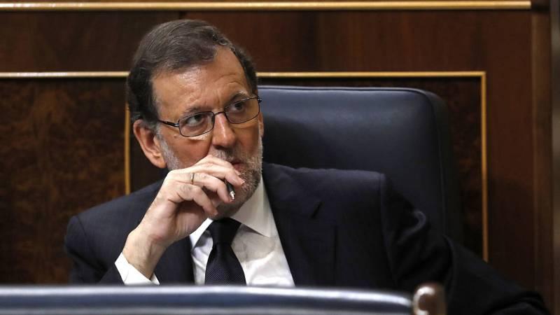 El presidente del Gobierno en funciones, Mariano Rajoy, escucha una de las intervenciones en su escaño del hemiciclo.