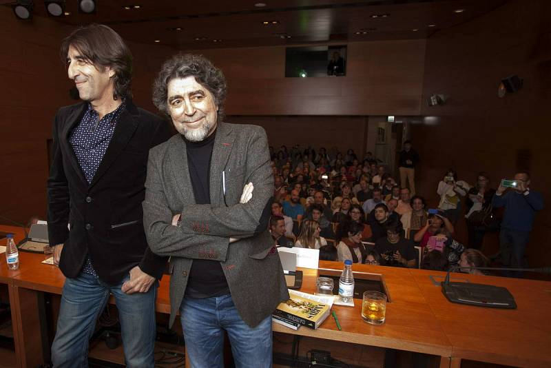 Joaquín Sabina, junto al escritor Benjamín Prado