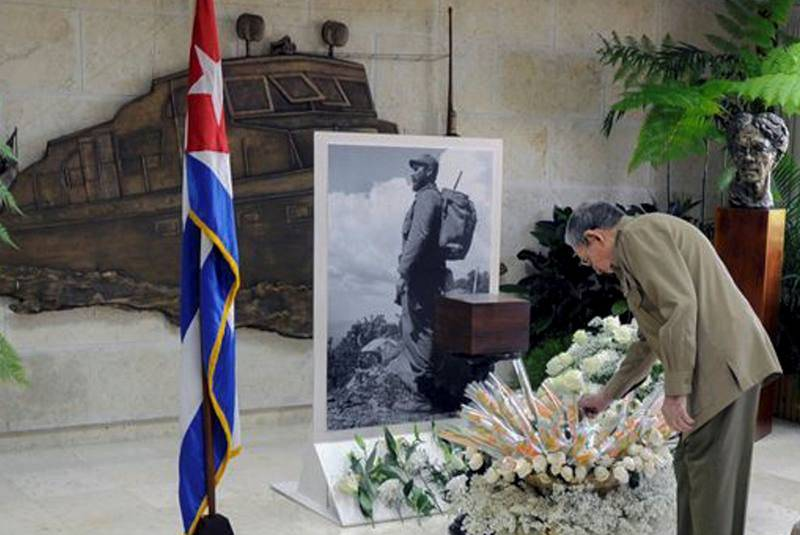 Raúl Castro rinde tributo a su hermano