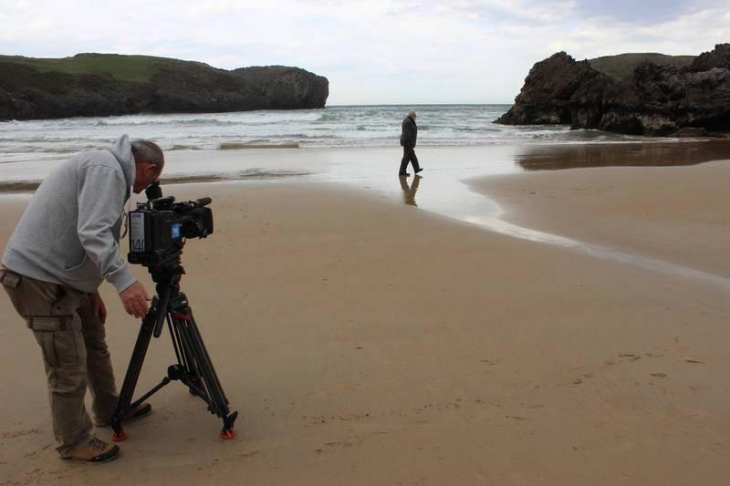 Rodando el documental sobre Gonzalo Suárez, en una de las numerosas playas donde ha rodado total o parcialmente el grueso de su filmografía