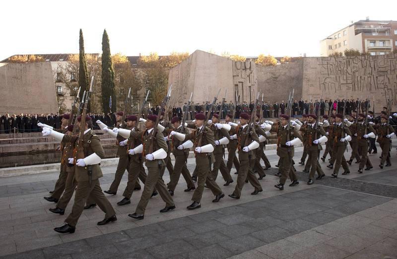 Representantes de los tres Ejércitos y de la Guardia Civil han desfilado frente a los Jardines del Descubrimiento, en la Plaza de Colón.