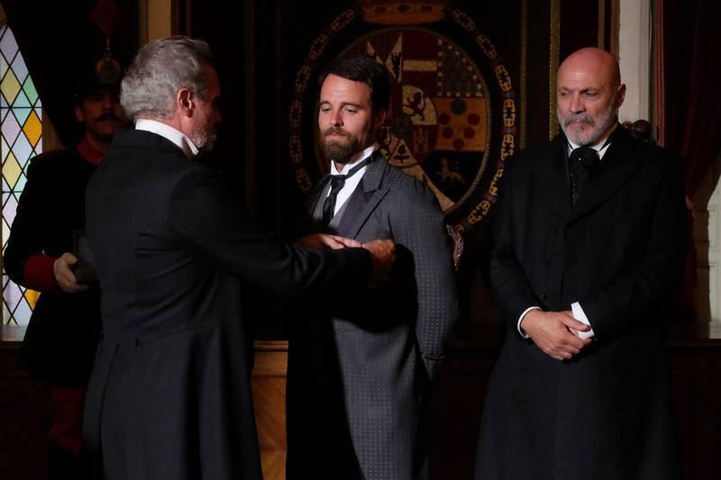 Víctor recibe la medalla honorífica de manos del Presidente Sagasta