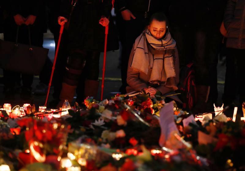Una mujer rinde homenaje a las víctimas del atentado en un popular mercado navideño en Berlín.