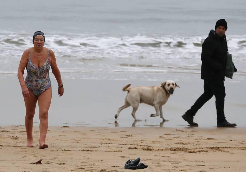 Una bañista sale del agua en la playa de la Concha de San Sebastián, donde las temperaturas esta madrugada eran de -1ºC.