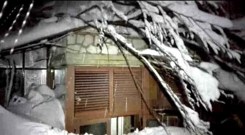 Ventana del hotel Rigopiano, en el macizo de Gran Sasso. El hotel ha quedado sepultado bajo la nieve.