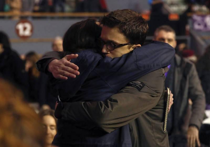 Abrazo entre Pablo Iglesias e Íñigo Errejón