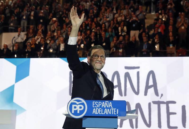 Rajoy saluda antes de su discurso en el XVIII Congreso Nacional del PP