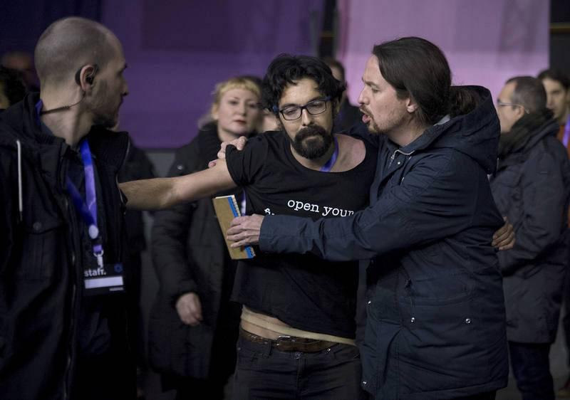 Pablo Iglesias neutraliza a un espontáneo que intentó subirse al escenario
