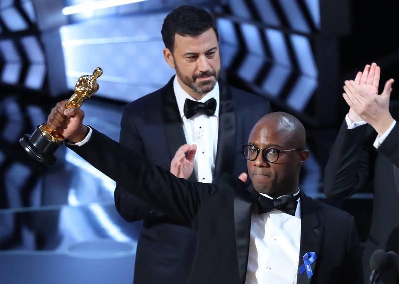 El guionista y director Barry Jenkins celebra el Oscar a la mejor película para 'Moonlight'