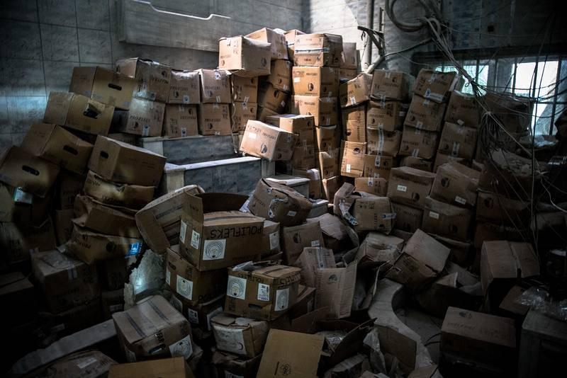 Cajas de medicamentos e instrumental médico dañados en un hospital bombardeado en el este de Alepo.