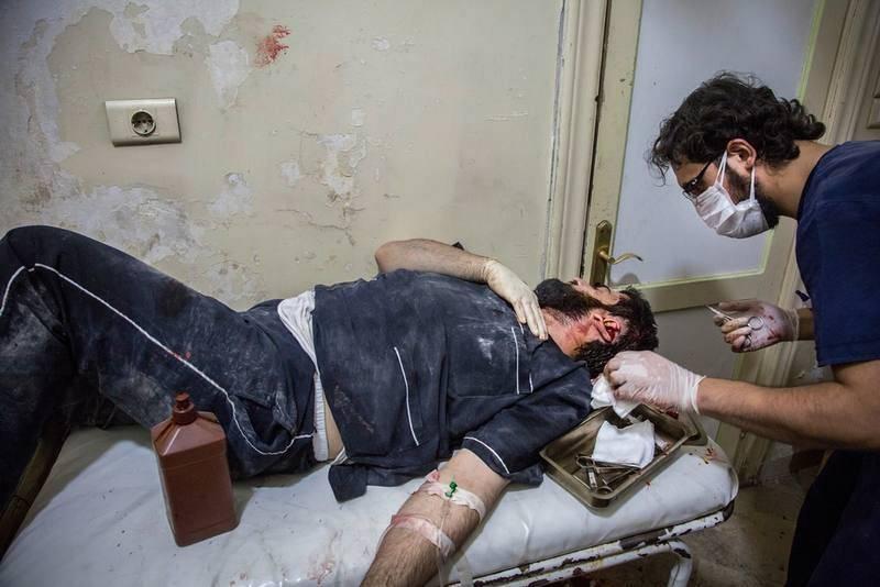 Un médico sutura a un paciente en el hospital Bab Al Nayrab en Alepo