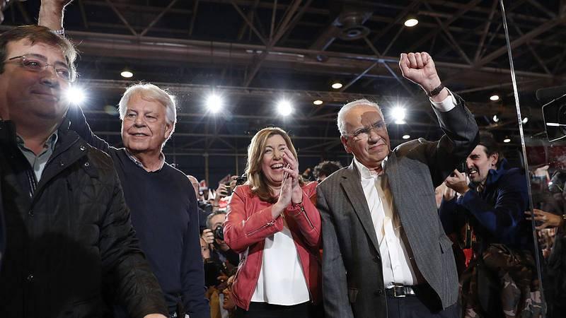 Susana Díaz llega acompañada por Felipe González, Alfonso Guerra y el presidente de Extremadura, Guillermo Fernández Vara