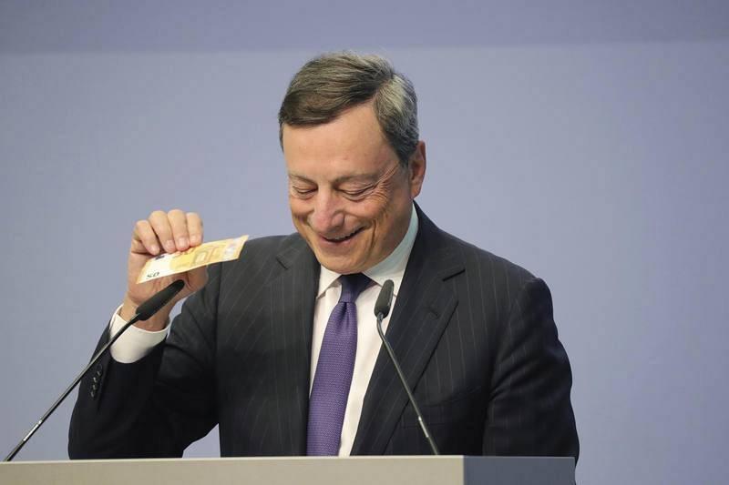 Draghi muestra el nuevo billete a la prensa