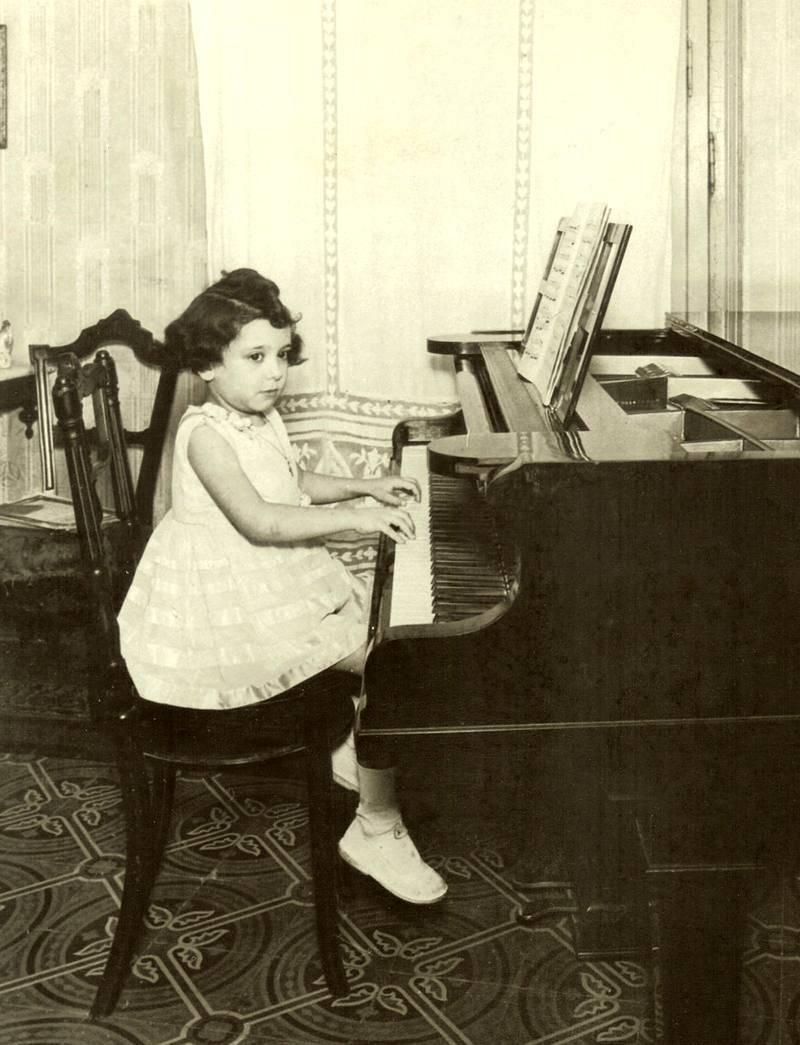 La pequeña Alicia de Larrocha da sus primeros compases en el piano