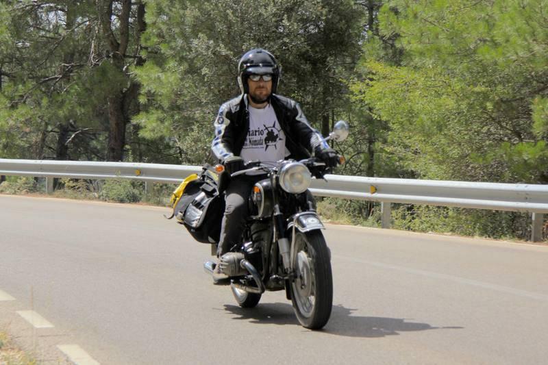 iquel Silvestre recorre las carreteras comarcales conquenses sobre la Abuela, una moto clásica del año 1965.