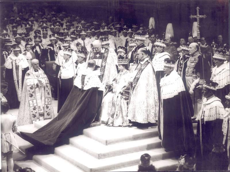El duque de Edimburgo rinde homenaje a la reina tras los actos de coronación.