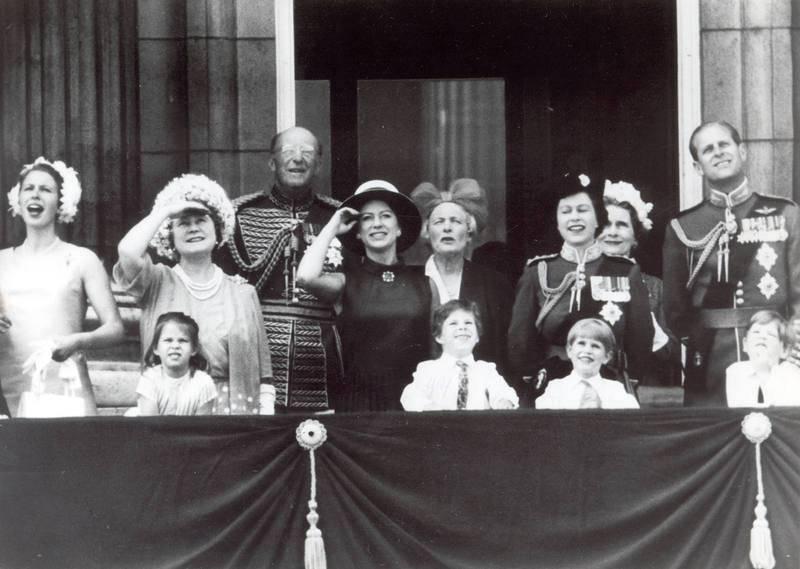 La familia real británica saluda desde el balcón del Palacio de Buckingham el 20 de ocubre de 1972.