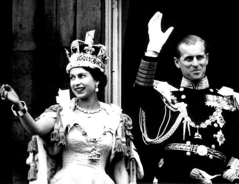 La reina Isabel II y su esposo Felipe de Edimburgo saludan tras su coronación, el 2 de junio de 1953.