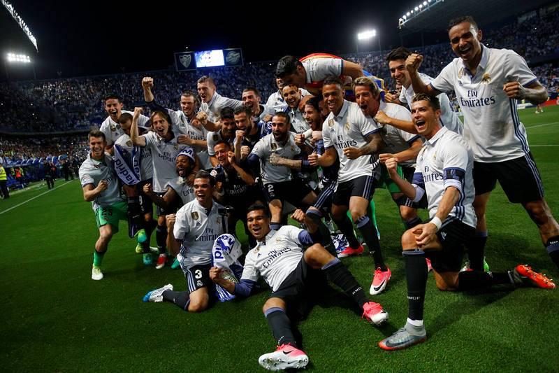 La plantilla del Real Madrid celebra sobre el césped de La Rosaleda el título de Liga.