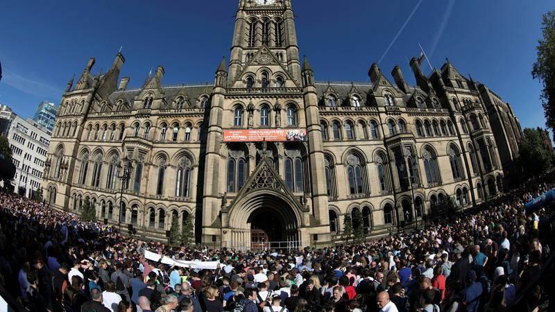 Asistentes a la vigilia por las víctimas del atentado en Manchester se reúnen frente al ayuntamiento de la ciudad