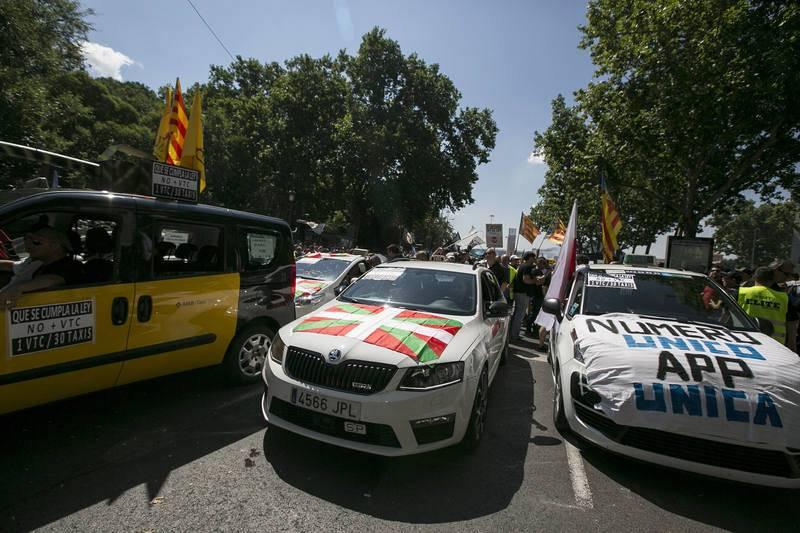 Miles de taxistas se manifiestan en Madrid. La jornada de protestas del sector ha despoblado de taxis las calles de las principales ciudades de España