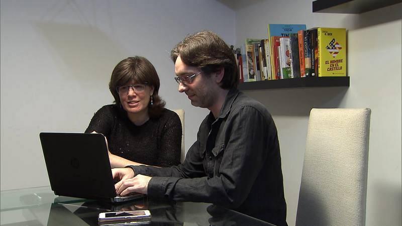 Susana y Alex consultando en el ordenador