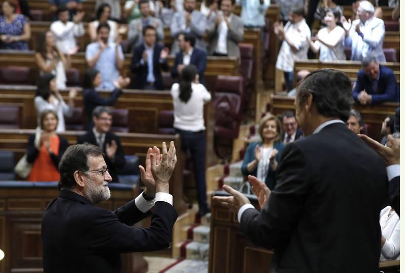 Rajoy aplaude tras quedar rechazada la moción de censura