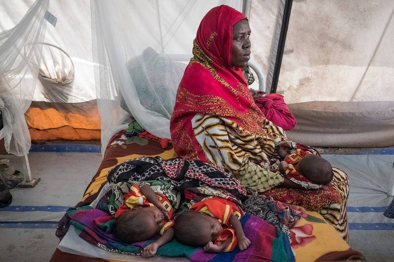 Salmata, de 21 años y originaria de la aldea de Tala, con sus hijos Haoua, Hisseain y Hassain, en el centro para niños desnutridos en el hospital de Bol, en Chad.