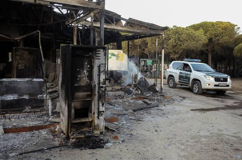 El Infoca ha pasado de 80 a más de 200 efectivos para luchar contra las llamas en el incendio declarado en Moguer en Huelva el pasado sabado