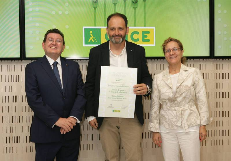 De izq. a dcha.: El director general de la ONCE, Ángel Sánchez; Javier Hernández y Elsa González, , la presidenta de la Federación de Asociaciones de Periodistas de España (FAPE)