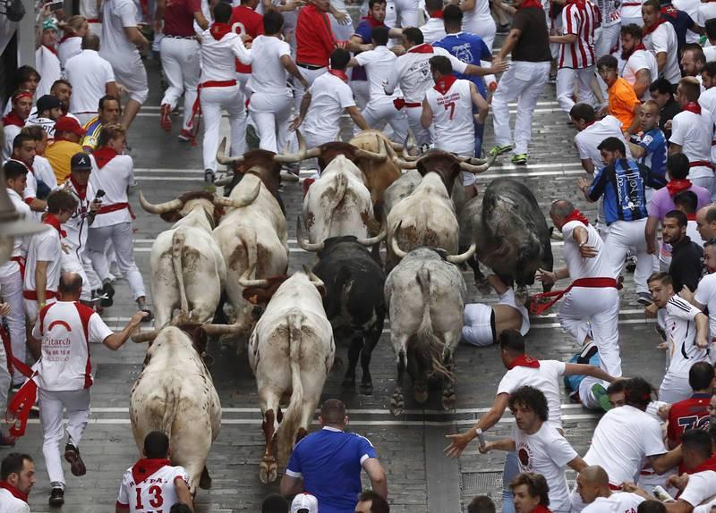 Los cebaditas salen muy hermanados al primer encierro Los toros de la ganadería gaditana de Cebada Gago enfilan la calle de la Estafeta muy hermanados aunque dos de ellos se han descolgado de la manada