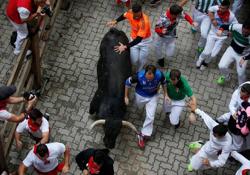 Un año más, los animales de la ganadería extremeña de Jandilla han hecho gala de su rapidez y han protagonizado el encierro más rápido en lo que va de Sanfermines con dos minutos y 13 segundos