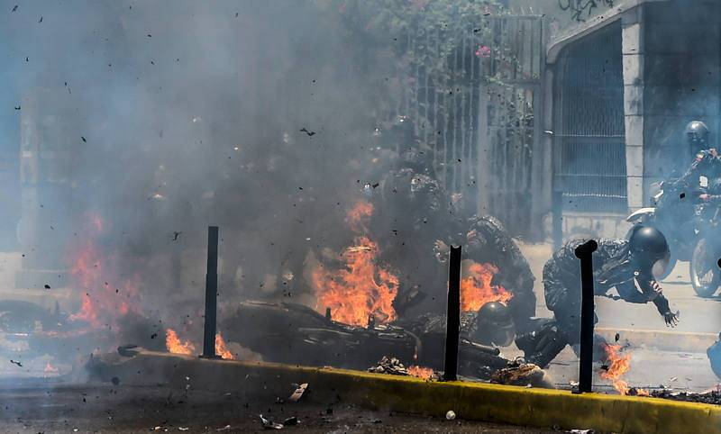 Un agente resulta herido tras la explosión de un artefacto explosivo al paso de las motos de la Policía Nacional Bolivariana en la plaza de Altamira de Caracas.