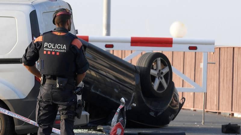 Un policía custodia el coche implicado en el atropello de Cambrils.