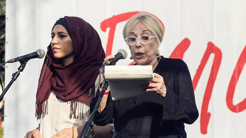 La actriz Rosa María Sardá y la portavoz de la fundación Ibn Battuta, Miriam Hatibi, durante la lectura del manifiesto que ha cerrado la manifestación en Barcelona