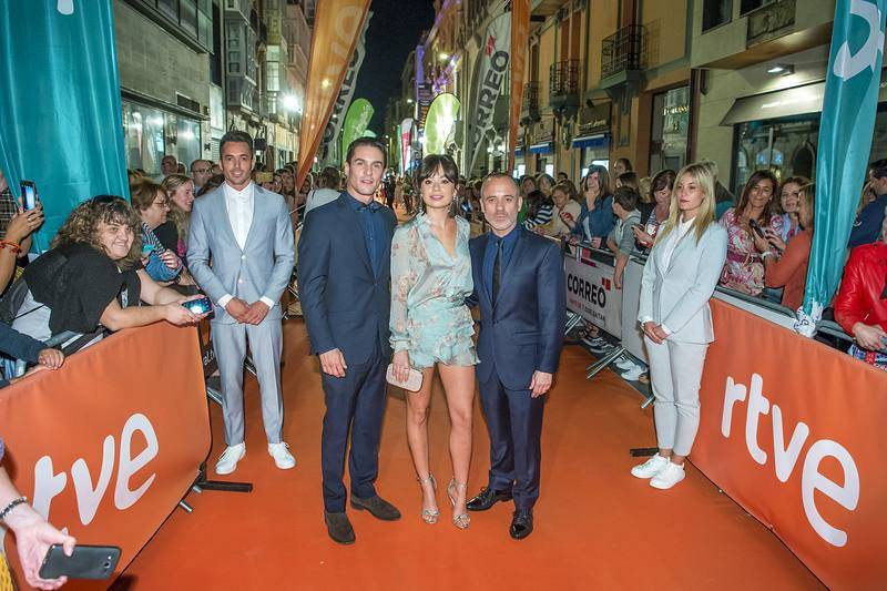 Los protagonistas de 'Estoy vivo' en la alfombra naranja del FesTVal