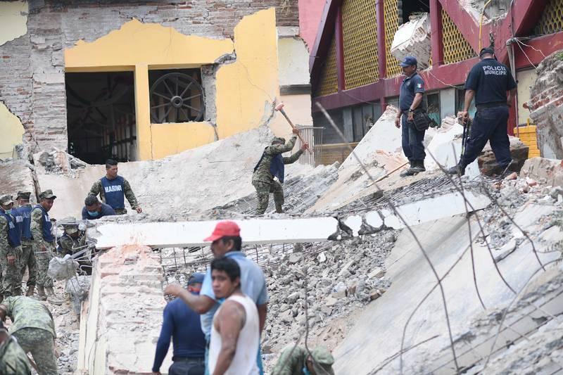 Los equipos de rescate trabajan sobre los escombros del Palacio Municipal en Juchitán, Oaxaca