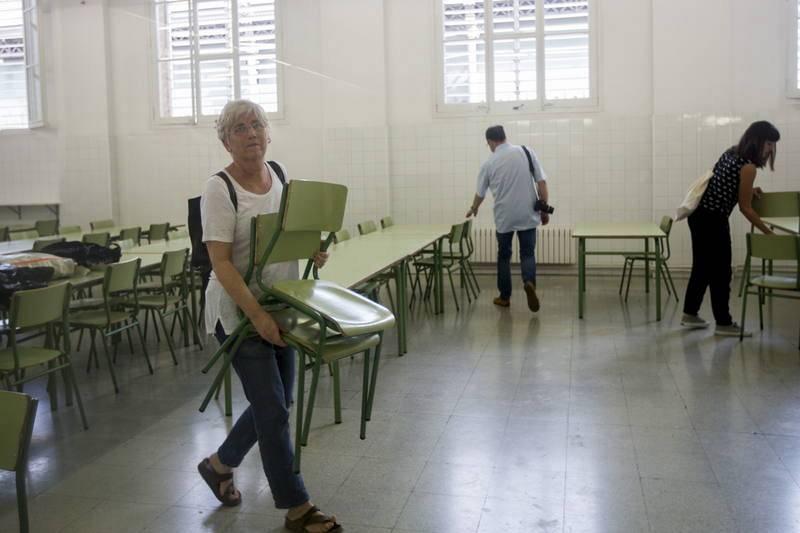 La consellera de Educación colabora en las escuelas ocupadas